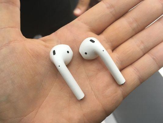 Mẫu tai nghe không dây Airpods của Apple chỉ có màu trắng. (Ảnh: internet)