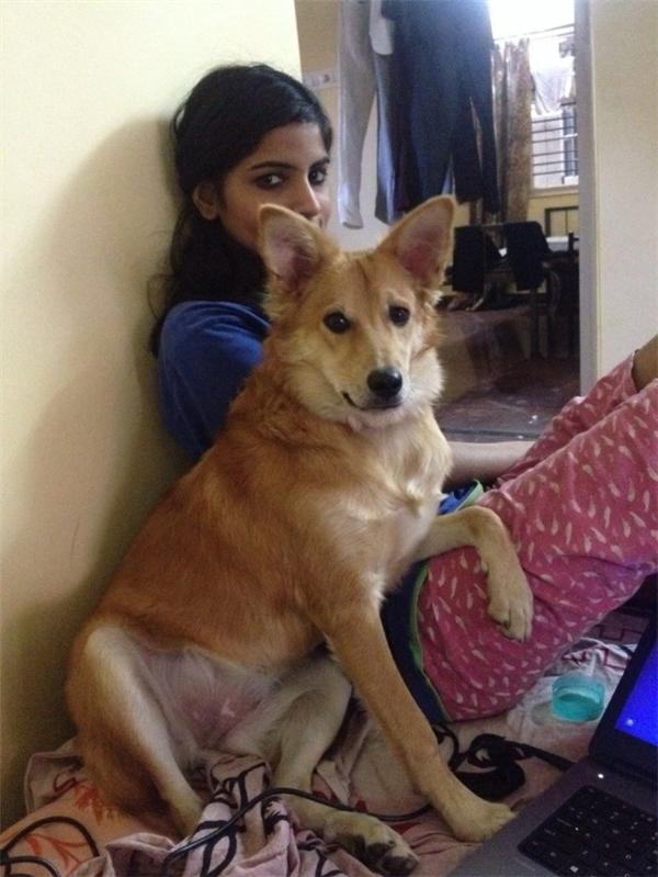 Walia cùng với chú chó Lucy của mình.