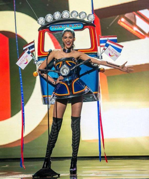 """Tuy nhiên, những thiết kế đoạt giải """"Trang phục truyền thống đẹp nhất"""" tại Hoa hậu Hoàn vũ luôn có sự phá cách mới lạ, điển hình như chiến thắng của Thái Lan vào năm 2015 với mô hình xe tuk tuk - phương tiện di chuyển đặc trưng của người dân nơi đây."""