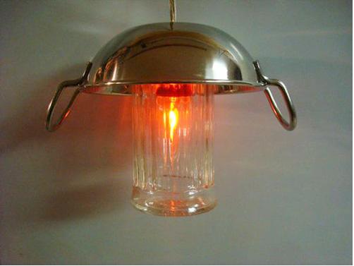 Lọ muối và chiếc chảo rán trong bếp của mẹ đây mà, cũng thành lồng đèn hoành tráng như ai.