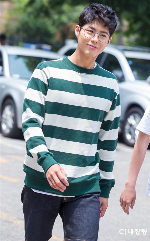 """Vẻ ngoài """"đẹp như tạc"""" của Park Bo Gum và thần thái cũng không hề thua kém Thái tử Lee Young trong phim."""