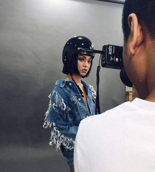 Mới đây, Mai Ngô lại khiến khán giả bất ngờ khi hình ảnh hậu trường một buổi chụp ảnh của cô được hé lộ. Theo đó, nữ người mẫu chỉ mặc chiếc áo khoác jeans denim bên ngoài và có thể không mặc quần ngắn bên trong.