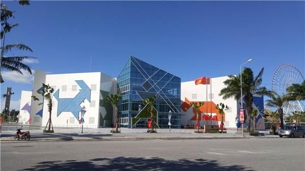 Khu nhà chức năng gồm3 tầng, cao 20,6m là nơi tập trungvăn hóagiải trí và giáo dục lớn nhất Đà Nẵng. Nơi đây bao gồmthư viện, phòng đa chức năng, nhà thi đấu thể thao, sân cầu lông, bóng bàn và các môn thể thao võ thuật...Ảnh:Đặng Minh Tú