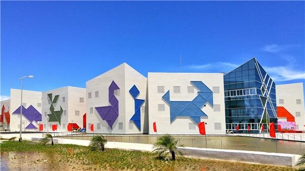 Lấy cảm hứng từý tưởng trò chơi xếp hình Tangram Nhật Bản, cácmặt đứng của công trìnhđược trang trí bằng hình các con thúvới nhiềugam màu nổi bật và ấn tượng.Ảnh:Đặng Minh Tú