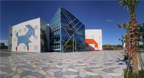 Thiết kế kiến trúc tổng thể từ hình khối cho tới đường nét, mặt sân bên ngoài tòa nhà cũng lấy ý tưởng từ cáchình ghép bắt mắt vàấn tượng.Ảnh:Đặng Minh Tú