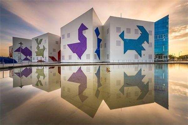 Nhìn qua mặt nước điều hòa phía bên ngoài, công trình kiến trúc càng lung linh và nổi bật. Nơi đâylà địa điểm phục vụ cho việc tổ chức giảng dạy năng khiếu cho học sinh tiểu học trường bán công năng khiếu Đà Nẵng.Ảnh:Trương Quang Linh