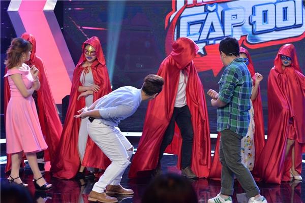 Trải qua phần thi song ca đầu tiên, hai đội chơi bước vào thử thách oái ăm của chương trình do một thành viên được gọi là kẻ thách thức trong Gia đình bá đạo.