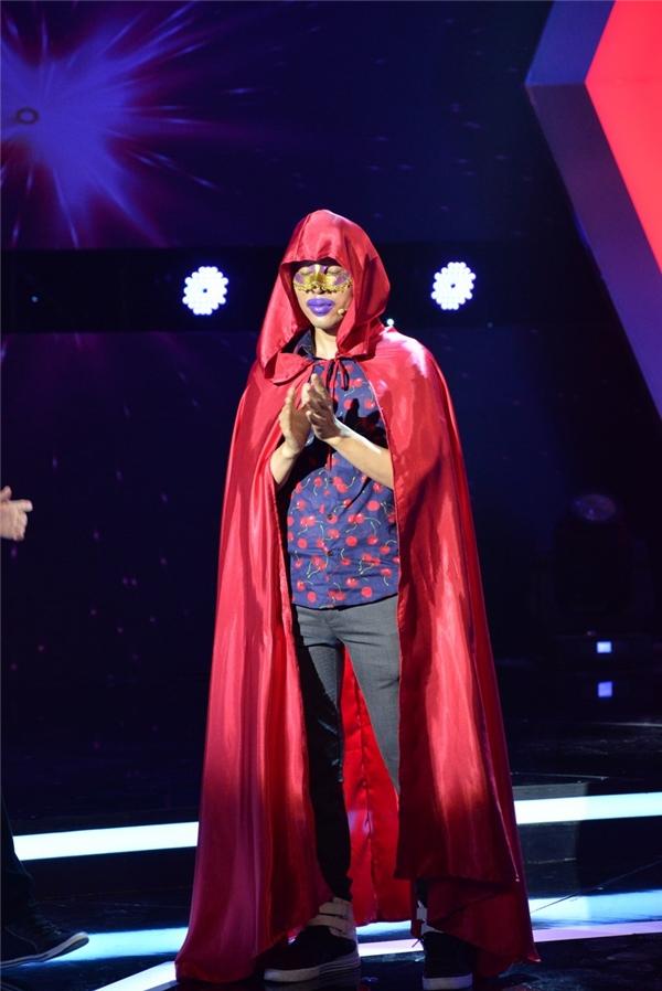 Chuyên viên trang điểmHồ Minh Tài đã khiến khán giả không thể ngồi yên khi thể hiện một trích đoạn cải lương có phần lời được ghép bởi tên 400 nghệ sĩ Việt.