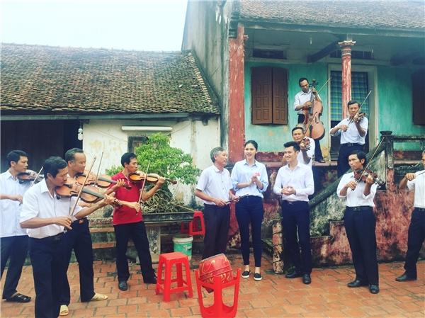 Người đẹp gốc Hà thành thích thú khi được tận hưởng không khí trong lành của trung du, miền núi Bắc bộ và thưởng thức âm thanh violon vô cùng mộc mạc của những người dân nơi đây. Đây là một trải nghiệm rất đắt giá với Á hậu 1 Hoa hậu Việt Nam 2016.