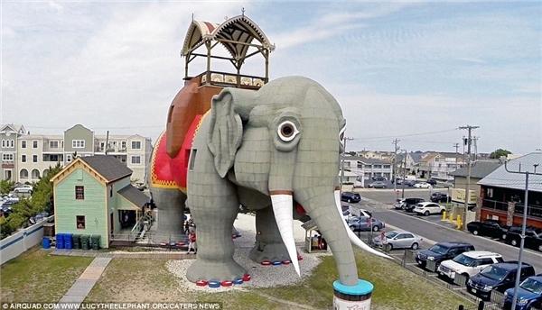 Một trong những kiến trúc lấy cảm hứng từđộng vật lâu đời nhất là Lucy, tòa nhà hìnhcon voi cao 19,8mtại New Jersey. Lucyđược xây dựng vào năm 1881 và trở thành biểu tượng củathị trấn Margate.