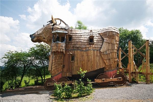 Tại Bỉ, các du khách có thể nghỉ ngơi trong khách sạn mang hình dáng chú ngựa Troy (lấy ý tưởng từ trận chiến thành Troy trong trường thi của Homer)ởDurbury.
