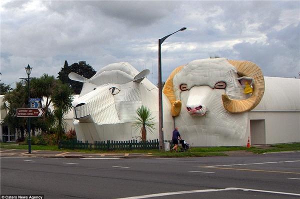 Sheep (cừu cái)và Ram (cừu đực)là haitòa nhà động vật khácở Tirau, New Zealand.Hai tòa nhà này ban đầu được xây dựngđể mở một cửahàng len nhưng nay không còn hoạt động nữa.Ram được thiết kế bởi Steven Clothier và Sheep được thiết kế bởi một kiến trúc sưđịa phương.