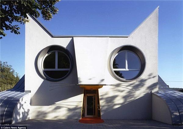 Tòa nhà mặt chúmèo này tọa lạc ởKarlsruhe, Đức. Nóđược xây dựng để làmnơi chăm sóc và nghỉ ngơi cho loài mèo.