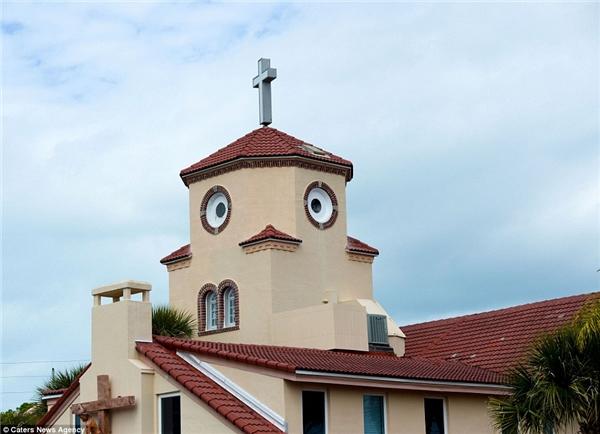 Với hai cửa sổ hình tròn độc đáo vàmột mái nhà nằm ở vị trí đắc địa, trông nhà thờ ởTampa, Florida chẳng khác nào một chú gà con ngố ngố, dễ thương.