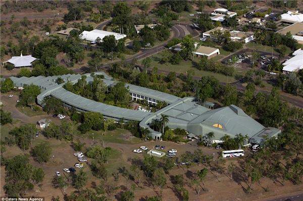 Khách sạn bò sátchâu PhiKakadu nằm ởJabiru, Úc có hình dạng cá sấu và được xây dựng bằng vật liệu bảo vệ môi trường.