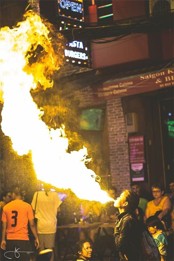 Tham gia biểu diễn lân phun lửaở phố TâyBùi Viện có cả nữ. Hầu hết người tham gia biểu diễn là dânnghiệp dư, và buổi diễn không chuẩn bị bất kỳthiết bị chữa cháy nào. Ảnh: Thịnh Phạm
