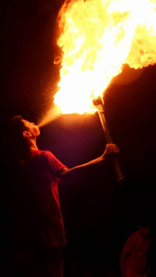 Những đám lửa cháy bùng theo luồng dung dịch phun ra từ miệng có thểlan vào mặt người biểu diễn nếu không được bảo vệ tốt. Ảnh: Mùa Xuân Dũng