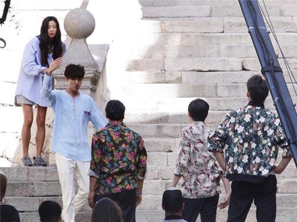 """Đây có lẽ là cảnh quay Lee Min Ho và Jun Ji Hyun lần đầu gặp gỡ. Dù chênh nhau tận 6 tuổi nhưng nhìn những hình ảnh này, khán giả phần nào có thể yên tâm về """"phản ứng hóa học"""" của cặp đôi chị em này trong thời gian tới."""