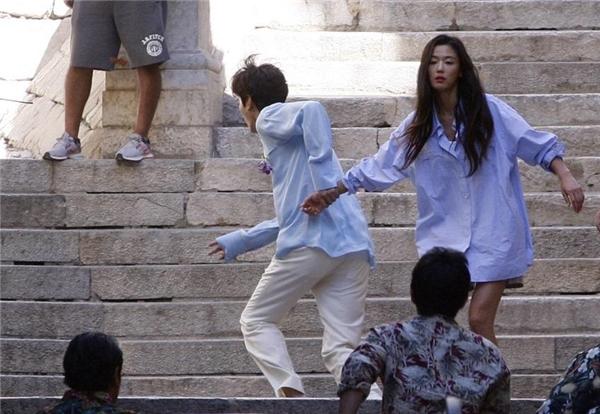 Vừa chạm mặt, cả hai nhân vật chính đã đụng độ đám xã hội đen truy đuổi. Lee Min Ho nắm tay đàn chị bỏ chạy sau màn giằng co gay cấn.