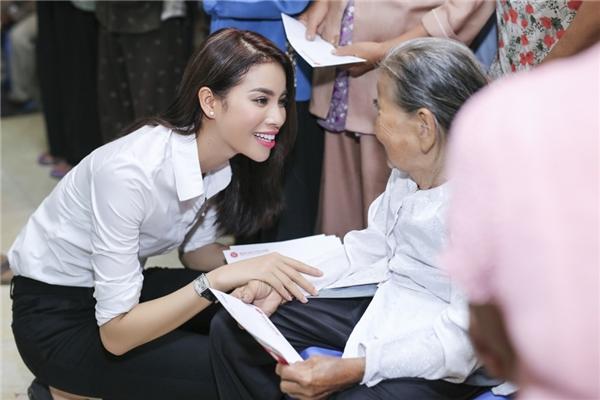 Nàng hoa hậu ân cần thăm hỏi các cụ già và em nhỏ. - Tin sao Viet - Tin tuc sao Viet - Scandal sao Viet - Tin tuc cua Sao - Tin cua Sao