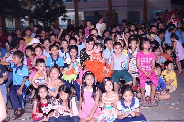Các em nhỏ đã có mặt từ rất sớm và xếp hàng ngay ngắn trước khi chương trình diễn ra.