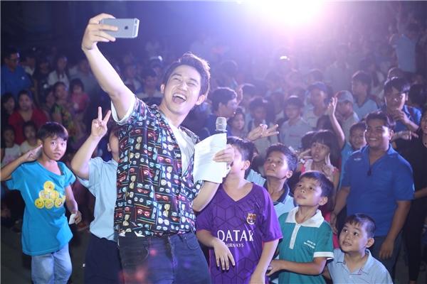 Với lối dẫn chương trình hài hước và gần gũi, MC Quốc Bảo đã gây được thiện cảm với nhiều bậc phụ huynh và các bé.
