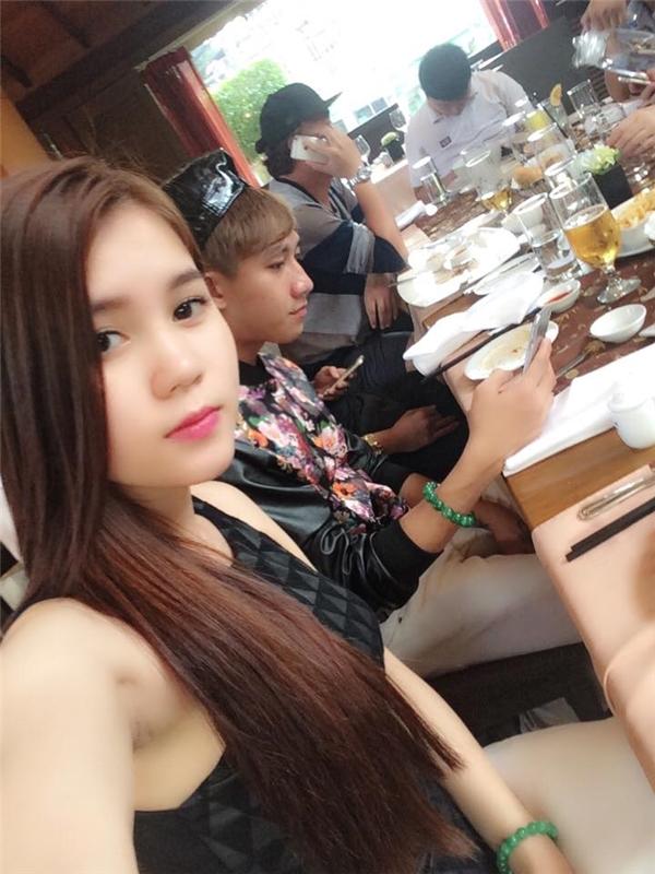"""Trong những buổi đi chơi thường ngày, bạn gái Hồ Gia Hùng tỏ ra là cô gái đa phong cách khi """"biến hóa"""" với style, kiểu trang điểmgiản dị, duyêndáng. - Tin sao Viet - Tin tuc sao Viet - Scandal sao Viet - Tin tuc cua Sao - Tin cua Sao"""