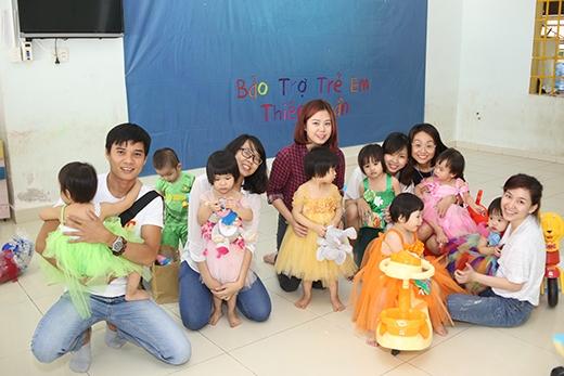 """Trước đó ngày 14/9, """"Trung Thu Ấm"""" đã ghé thămViện thiên thần quận 9, nơi đang nuôi dưỡng hơn 30 trẻ em mồ côi."""