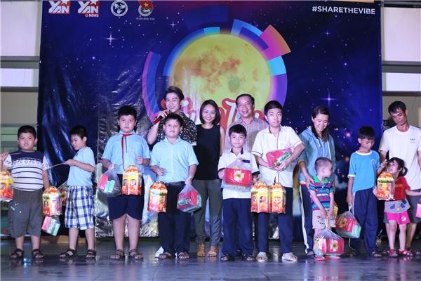 BàLưu Ngọc Phụng, đại diện YAN Media Group và ôngHuỳnh Thanh Nhã - Đội trưởng Đội công tác xã hội TP.HCM đều bày tỏ sự hạnh phúc vì đãmang nhữngniềm vui nhỏ nhỏ đến các em.