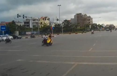 Cô gái vi phạm luật giao thông tạichốt đèn đỏ ngã tư cầu Nhật Tân - Xuân La.