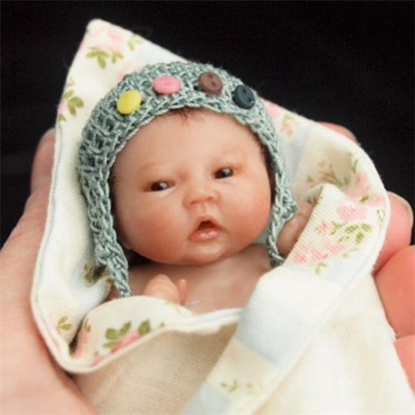 Cưng hết biết em bé sơ sinh siêu bé bỏng nằm gọn trong lòng bàn tay