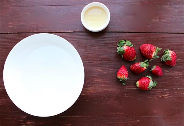 Đầu tiên cần chuẩn bị một thau nước sạch, sau đó cho 4-5 muỗng canh giấm táo (hoặc nhiều hơn tùy số lượng trái cây) vào thau rồi khuấy đều.