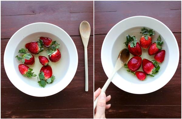 Cho trái cây vào thau ngâm trong 10 phút, thỉnh thoảng đảo đều trái cây.