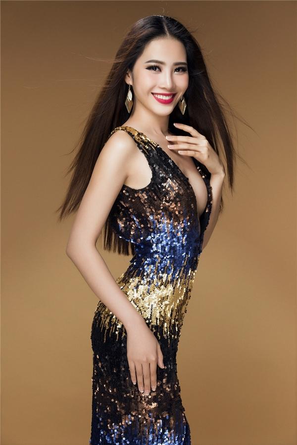 Trước đó, Nam Em từng đạt ngôi vị Hoa khôi Đồng bằng sông Cửu Long 2015 và lọt vào top 10 Hoa hậu Hoàn vũ Việt Nam 2015.