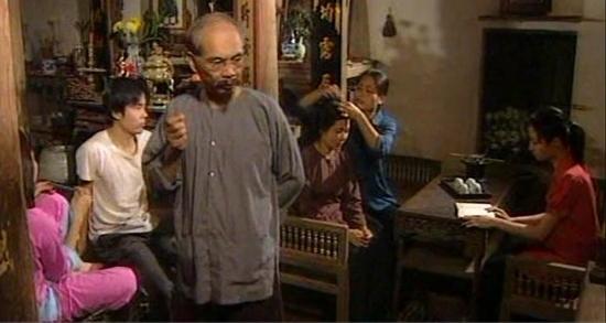 Trong bộ phim Đất và người, diễn viên Duy Hậu được biết đến với vai ông Hàm – một nhân vật gia trưởng, phong kiến đầy mưu mô, thủ đoạn. - Tin sao Viet - Tin tuc sao Viet - Scandal sao Viet - Tin tuc cua Sao - Tin cua Sao