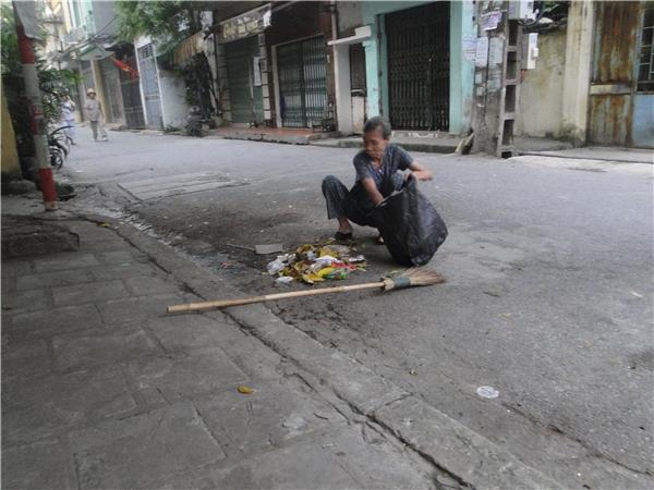Từng đống rác được gom lại vào một túi to để xe rác tới thu, nhìn con phố sạch, ai cũng thấy vui mắt.