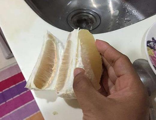 Bước 4: Bạn tách quả bưởi đã lột vỏ thành 4 phần rồi dùng dao cắt phần đầu ruột bưởi rồisau đó tách thịt bưởi ra khỏi từng múi bưởi.