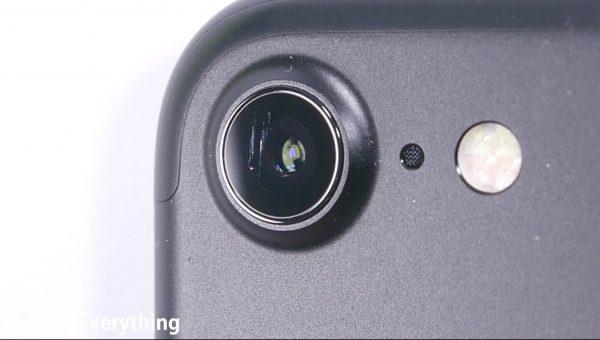 Vỏ bảo vệ camera dễ bị trầy xước. (Ảnh: youtube)