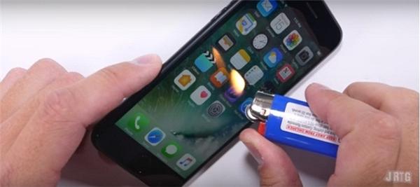 Phần màn hình không bị ảnh hưởng khi bị đốt bằng bật lửa. (Ảnh: youtube)