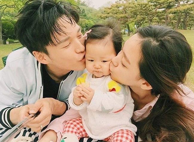 Gia đình hạnh phúc của cặp đôi người mẫu Hàn Quốc.