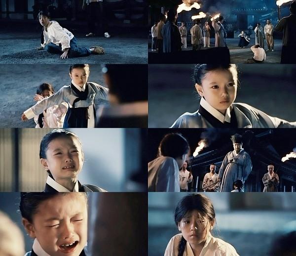 Đóng vai thời trẻ của Song Hye Kyo trong phim điện ảnh Hwang Jin Yi (2007) bên cạnh bạn diễn nhí Lee Hyun Woo, gương mặt bầu bĩnh cùng diễn xuất cảm động của Kim Yoo Jung đã chinh phục được không ít khán giả điện ảnh.