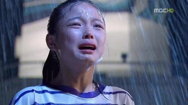 """Tạo hình bụi bặm trong """"Flames of desire"""" (2010) cũng không thể làm nhạt nhòa vẻ đẹp và thần thái của diễn viên nhí quốc dân."""