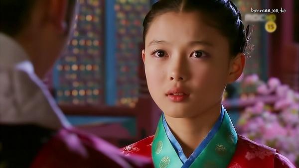"""Kim Yoo Jung trở nên nổi tiếng khắp châu Á sau thành công của bộ phim """"The Moon embraces the Sun"""" (2012). Thể hiện một cách xuất sắc vai diễn nàng """"mặt trăng"""" Yeon Woo thanh cao, trong sáng, cô bé 13 tuổi nhận được nhiều lời khen ngợi từ khán giả truyền hình trong và ngoài nước như là một bông hoa """"vẹn toàn cả sắc lẫn hương"""". Vai diễn này cũng mang lại cho Kim Yoo Jung giải thưởng diễn viên nhí xuất sắc."""