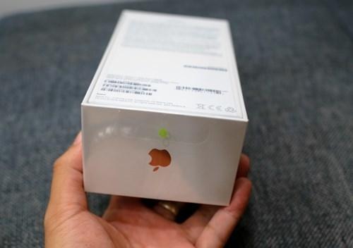 Hộp máy đơn giản và có hình iPhone 7 màu vàng hồng trùng với màu máy. (Ảnh: internet)