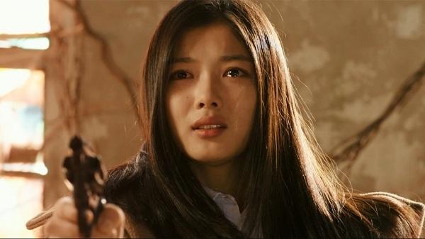 """Dù đã quen thuộc với hầu hết người dân Hàn Quốc và toàn châu Á nhưng ở tuổi 16, vẻ đẹp thanh cao, khí chất quý phái của Kim Yoo Jung trong phim điện ảnh """"Circles of Atonement"""" (2015) vẫn khiến không ít khán giả phải """"nín thở""""."""