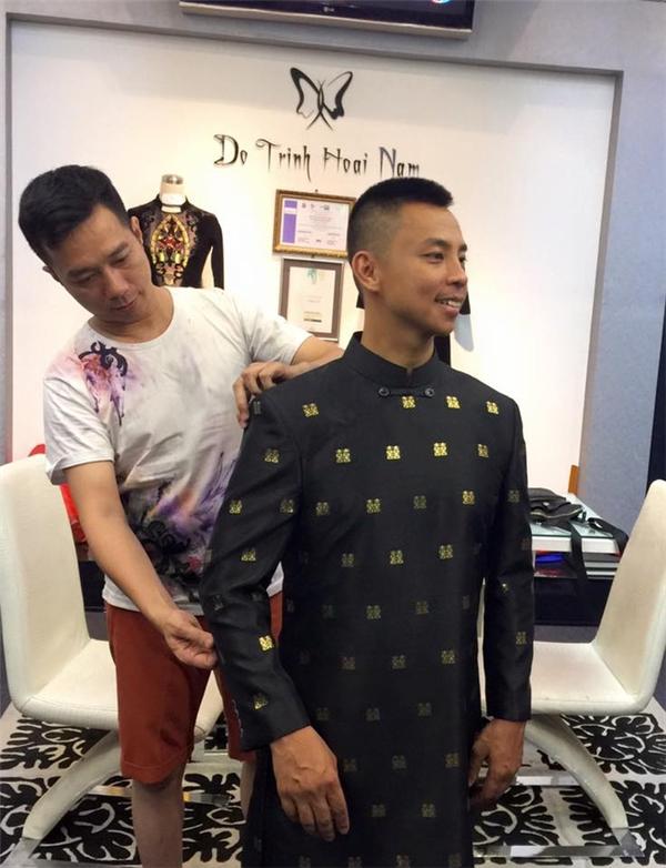 Theo chia sẻ của Chí Anh, chiếc áo dài với tông xanh đen sang trọng do nhà thiết kế Đỗ Trịnh Hoài Nam thực hiện. Các chi tiết tạo điểm nhấn đều được thực hiện bằng phương pháp dát vàng công nghệ cao, do 30 người thợ hoàn thành trong 3 ngày. Giá trị của chiếc áo dài này theo tiết lộ là 6.000 USD (khoảng hơn 130 triệu đồng).