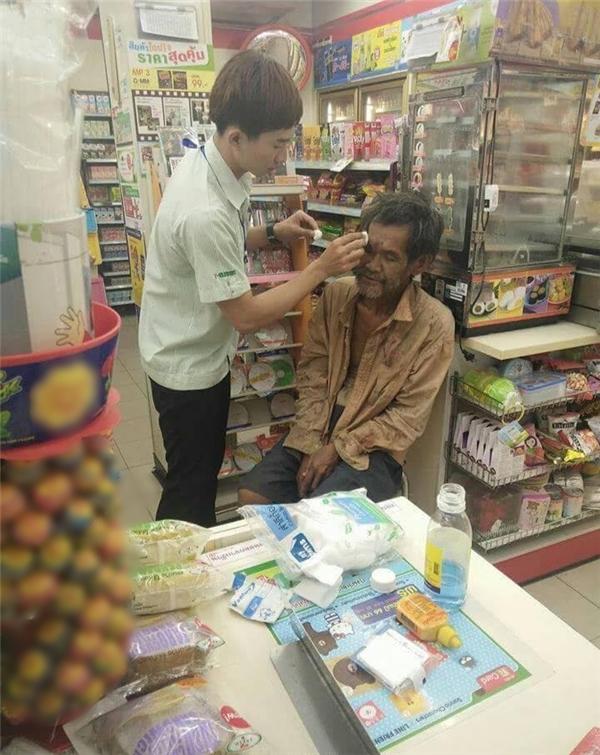 Tại một cửa hàng tiện lợi ở Thái Lan, khi người đàn ông vô gia cư rụt rè bước vào siêu thị hỏi mua miếng băng dán vết thương trên trán, chàng nhân viên đã xin phép được tự mình chăm sóc vết thương cho ông.