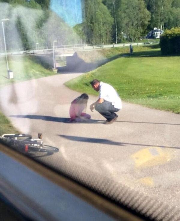 Một tài xế đang lái chiếc xe buýt đông người thì đột nhiên dừng lại để hỏi thăm một cô bé đang khóc bên đường.