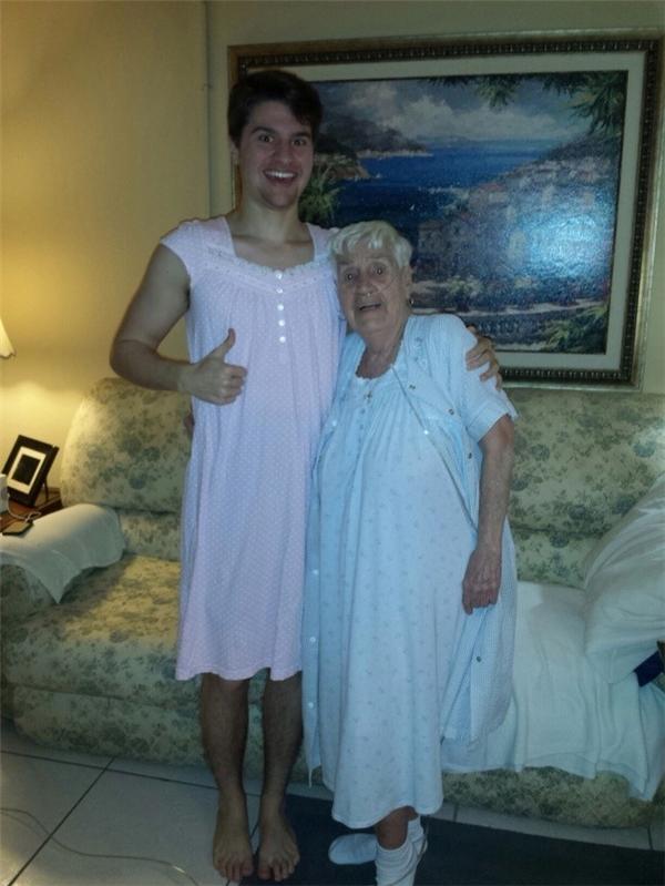 Người bà 84 tuổicảm thấy xấu hổ khi mặc chiếc váy ngủ trong bệnh viện, chính vì vậy chàng trai này đã mặc chiếc váy vào để đi dạo cùng với bà của mình.