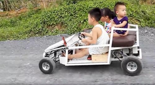 Một ông bố ở Thanh Hóa cũng tự tay chế tạo xe ô tô cỡ nhỏ cho con trai. (Ảnh Internet)